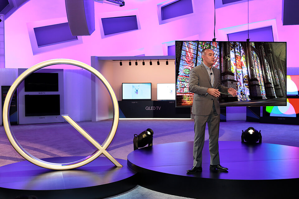 Dave Das highlights the benefits of the QLED TV's optical cable